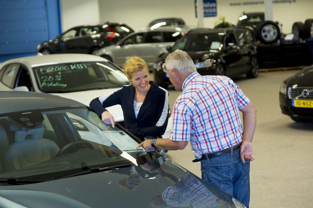 Onderhandeling over de koop van een auto